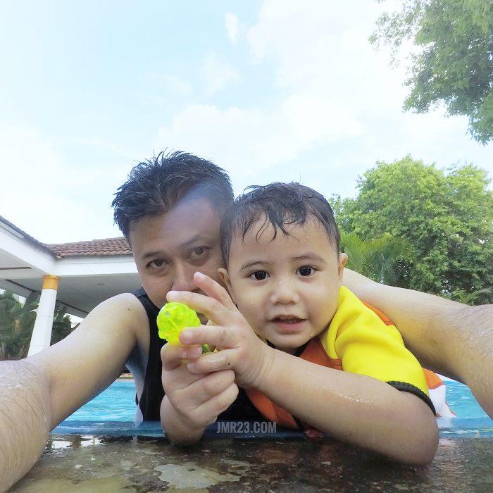 mandi kolam bersama anak