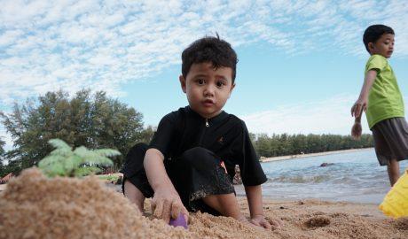 bermain di pantai