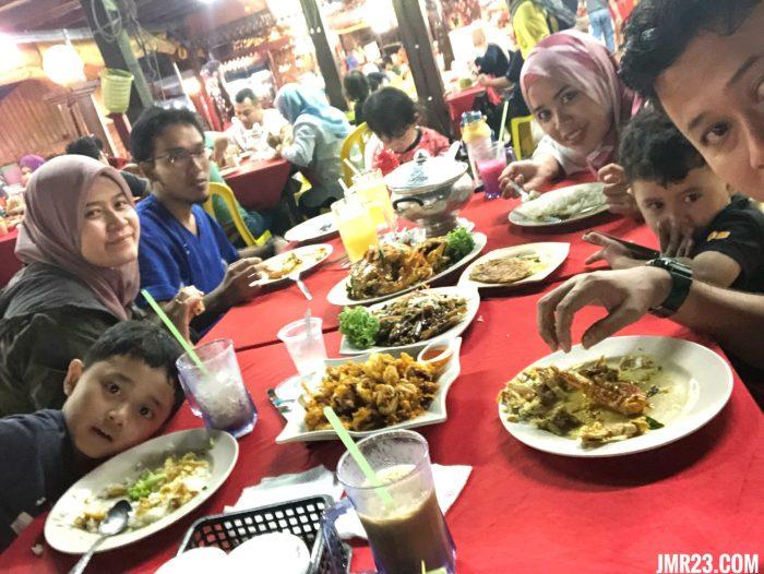 makan malam di Senibong Seafood