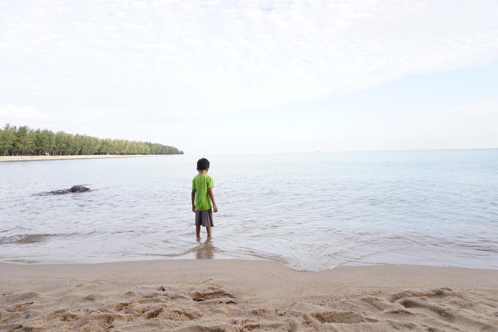 bermain di tepi pantai